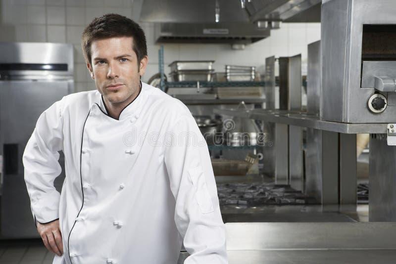 Zekere Chef-kok In Kitchen stock afbeelding
