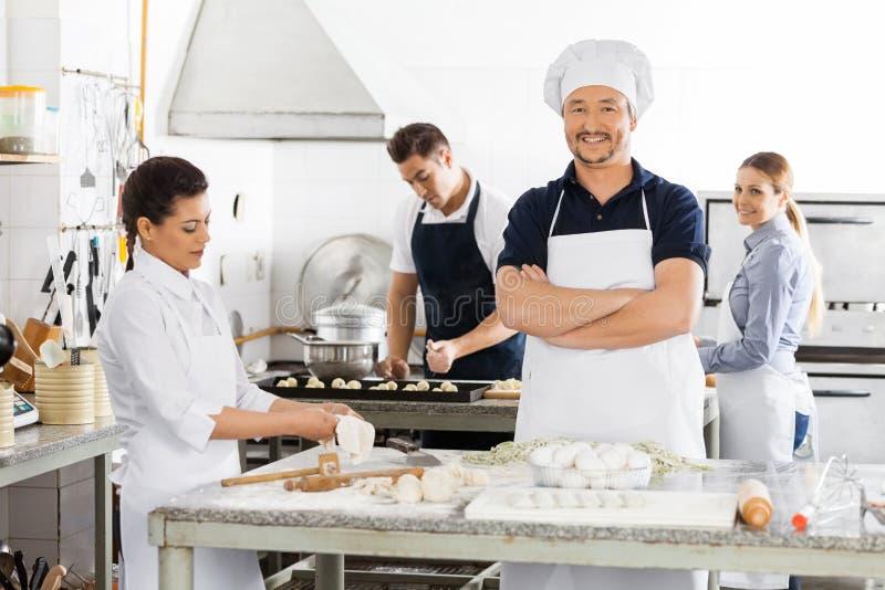 Zekere Chef-kok Standing Arms Crossed terwijl royalty-vrije stock foto's