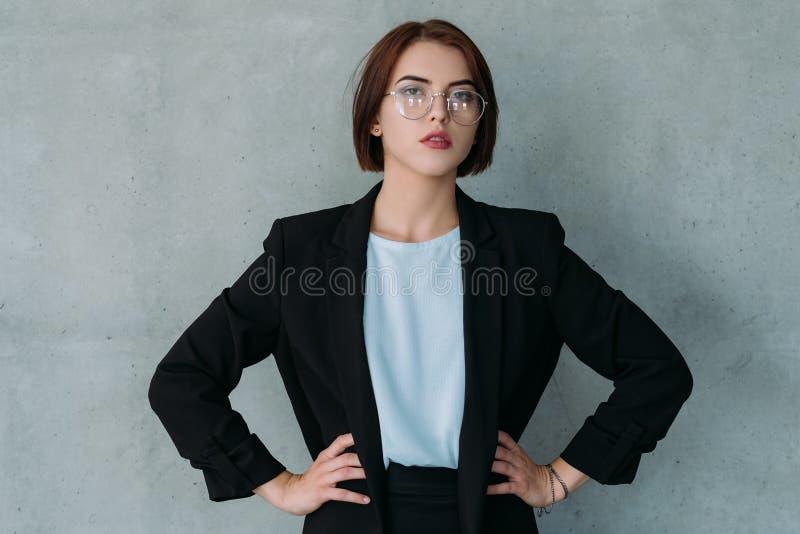 Zekere dame chef- professionele verwezenlijkingen stock fotografie