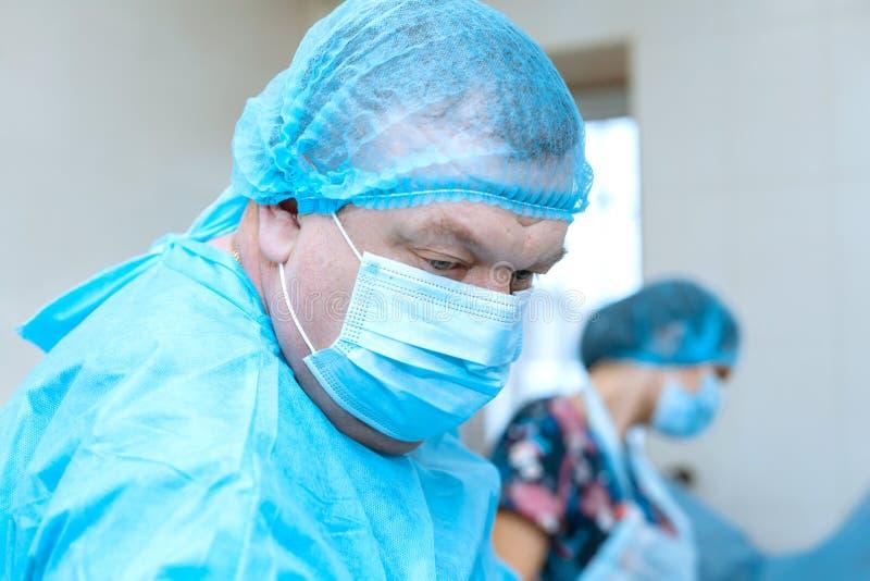 Zekere ernstige chirurg in het chirurgische ruimteziekenhuis, de chirurgiekostuum van de medische artsenslijtage tijdens chirurgi stock fotografie
