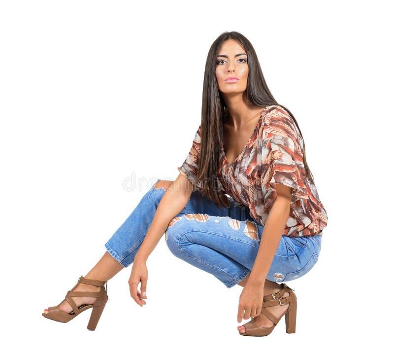 Zekere ernstige jonge Latijnse vrouw in vrijetijdskleding stock foto