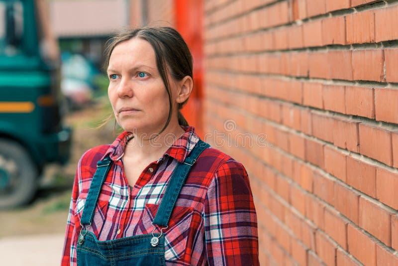 Zekere ernstige vrouwelijke landbouwer op het landbouwbedrijf royalty-vrije stock foto
