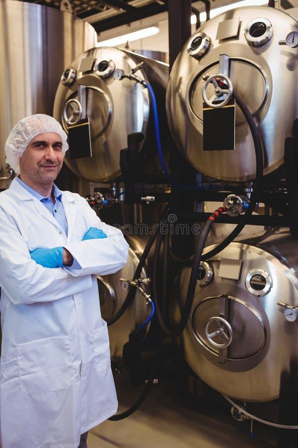 Zekere fabrikant die zich bij brouwerij bevinden stock fotografie