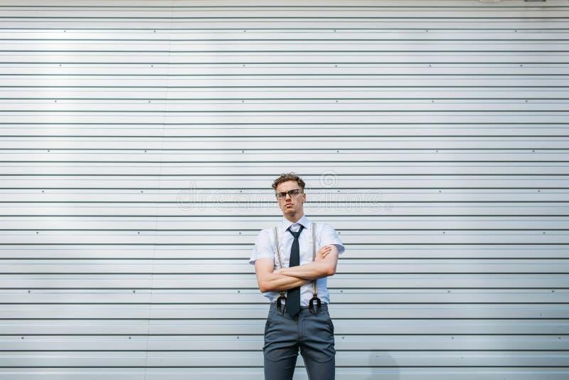 Zekere gemotiveerde modieuze bedrijfs gekruiste mens stock afbeelding