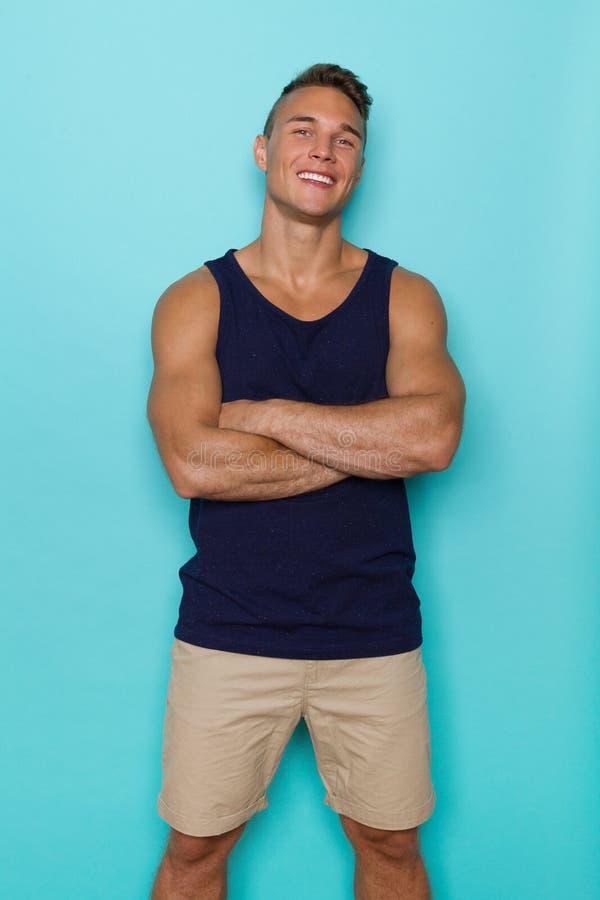 Zekere Glimlachende Mens in Blauw Mouwloos onderhemd stock foto