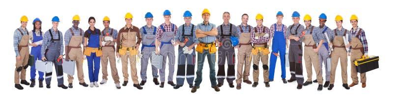 Zekere handarbeiders tegen witte achtergrond stock foto