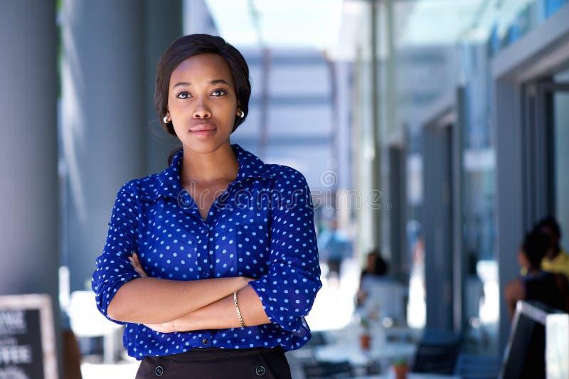 Zekere jonge Afrikaanse Amerikaanse vrouw die zich in de stad bevinden royalty-vrije stock foto