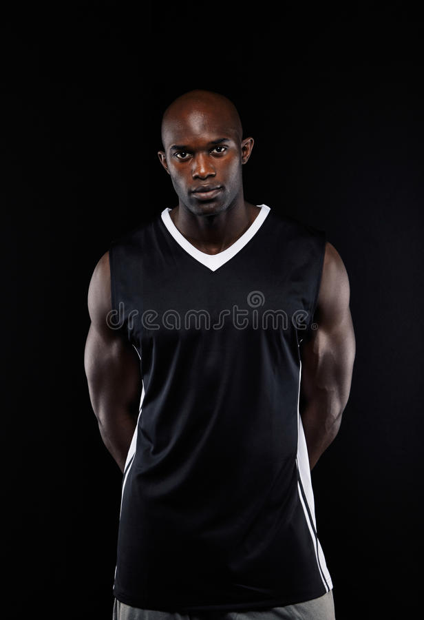 Zekere jonge Afrikaanse basketbalspeler royalty-vrije stock foto
