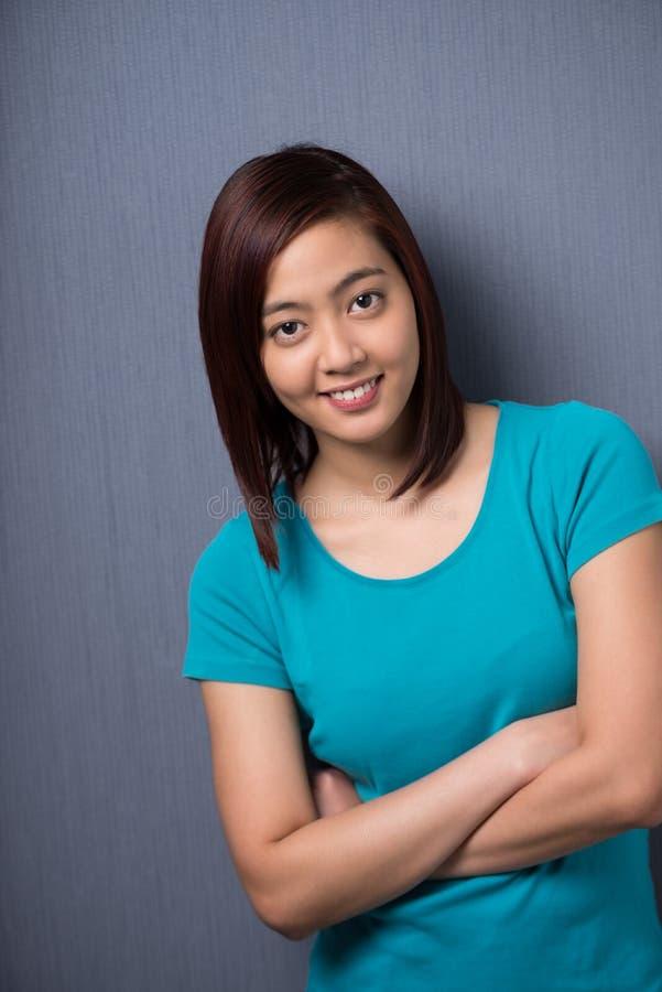 Zekere jonge Aziatische student stock foto's