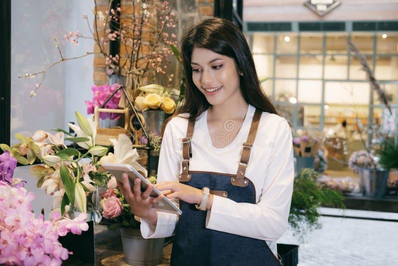 Zekere Jonge Bedrijfseigenaar Flower Shop Store royalty-vrije stock foto's