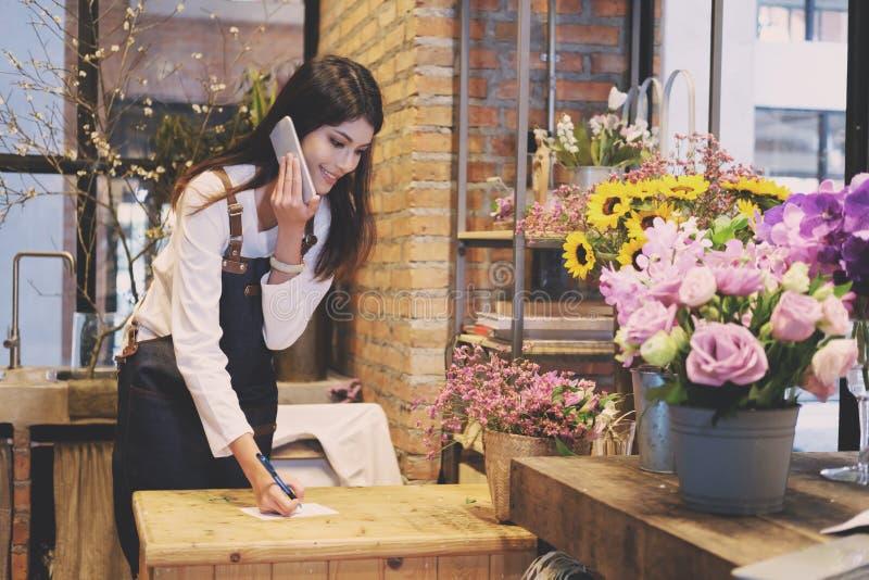 Zekere Jonge Bedrijfseigenaar Flower Shop Store stock afbeelding