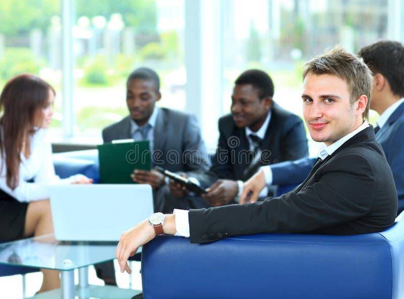 Zekere jonge bedrijfsmens stock foto's
