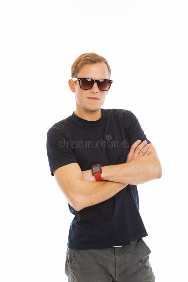 Zekere jonge mens die nieuwe modieuze zonnebril dragen royalty-vrije stock afbeelding