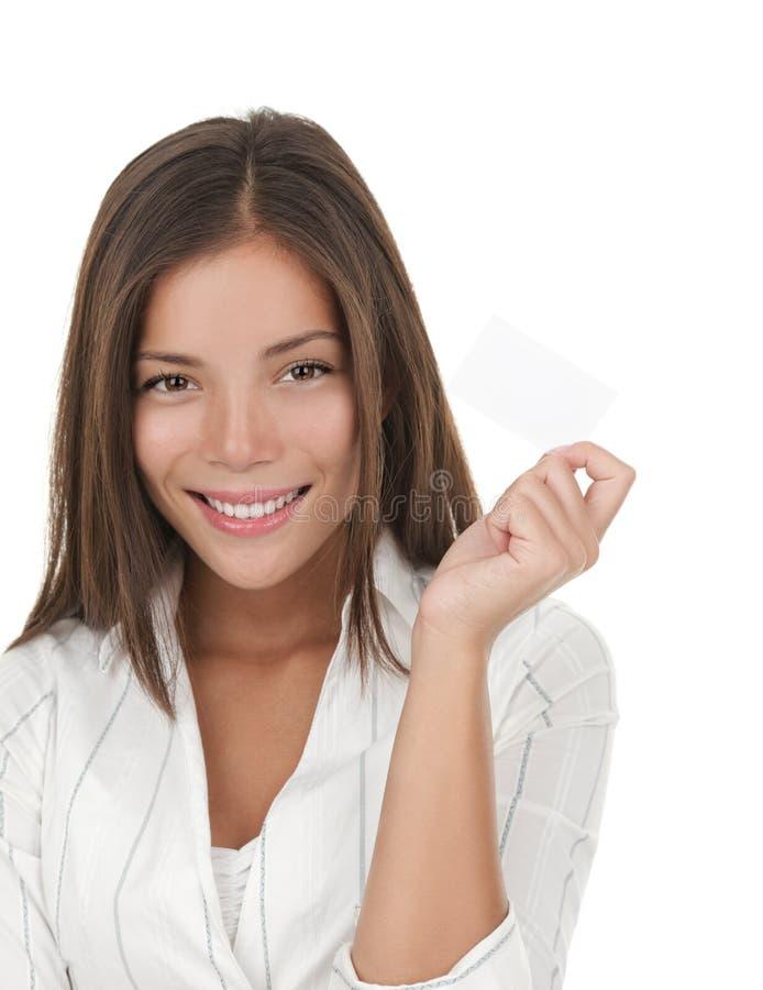 Zekere jonge onderneemster met adreskaartje stock foto's