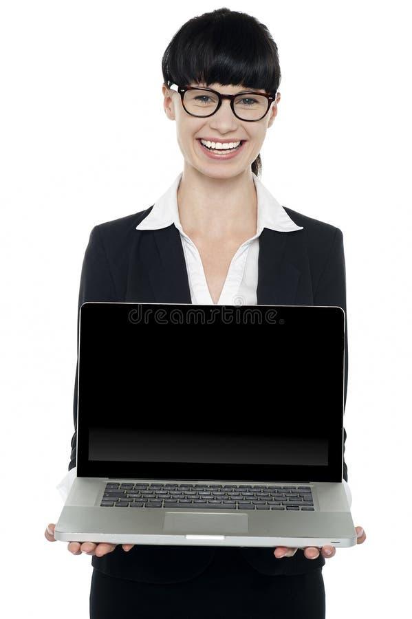 Zekere jonge uitvoerende het voorstellen laptop stock afbeeldingen