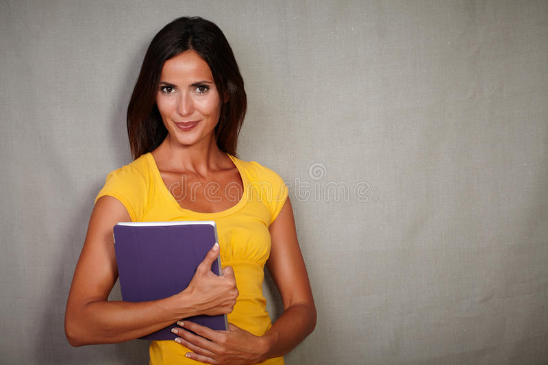 Zekere jonge vrouw die een tablet dragen royalty-vrije stock afbeelding
