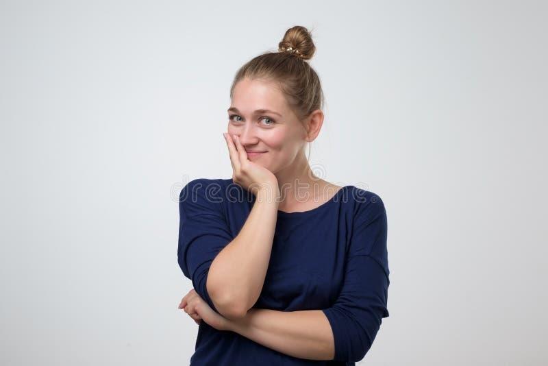 Zekere jonge vrouw met mooie glimlach in studio stock foto's