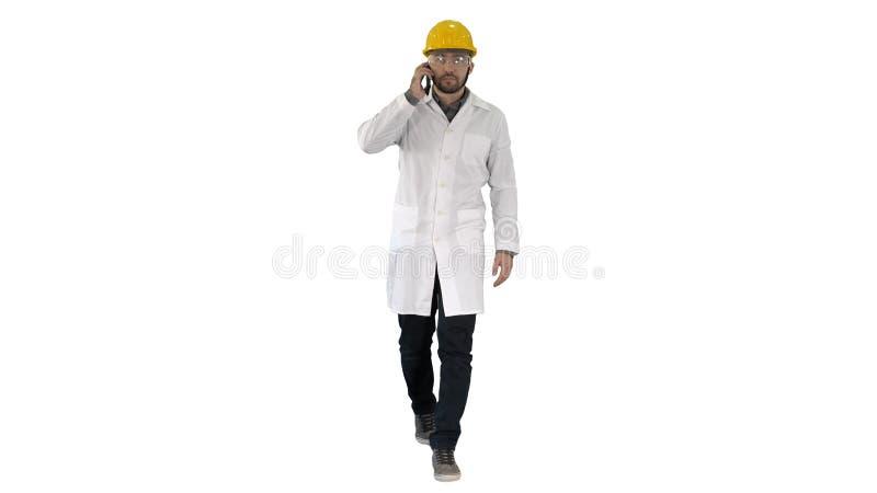 Zekere mannelijke ingenieur die helm op vraag op witte achtergrond dragen royalty-vrije stock fotografie