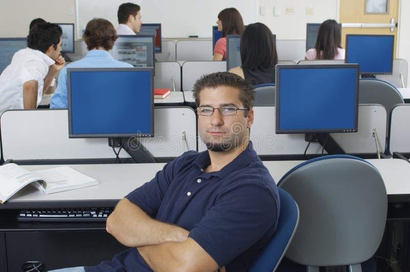 Zekere Mannelijke Student In Computer Lab royalty-vrije stock foto