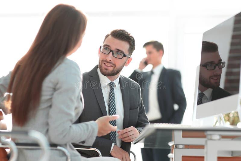 Zekere mens die aan zijn interviewer tijdens een baangesprek spreken stock fotografie