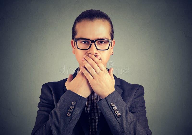 Zekere mens die mond in samenzwering behandelen royalty-vrije stock fotografie