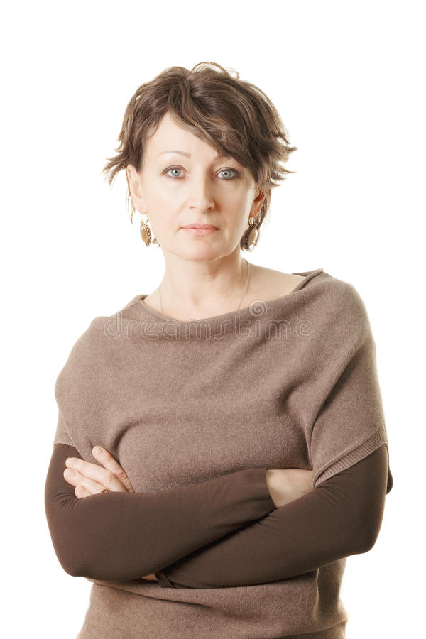 Zekere midden oude vrouw in bruine sweater stock foto
