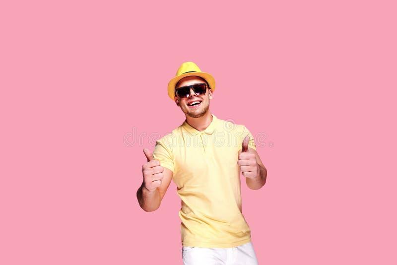 Zekere modieuze kerel die duim tonen bij camera stock afbeeldingen