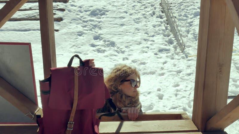 Zekere mooie bedrijfsvrouw die in de houten de reddingstoren van A op het strand tijdens de afwezigheid van sesosis lopen stock afbeeldingen
