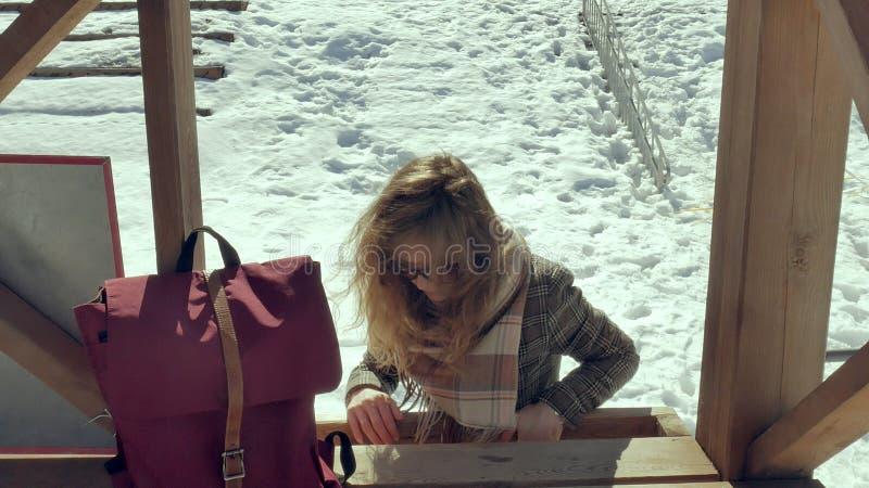 Zekere mooie bedrijfsvrouw die in de houten de reddingstoren van A op het strand tijdens de afwezigheid van sesosis lopen royalty-vrije stock foto