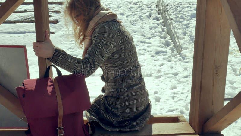 Zekere mooie bedrijfsvrouw die in de houten de reddingstoren van A op het strand tijdens de afwezigheid van sesosis lopen stock foto's