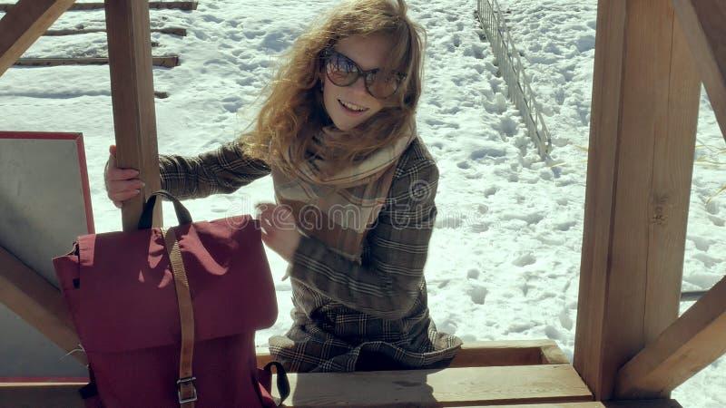Zekere mooie bedrijfsvrouw die in de houten de reddingstoren van A op het strand tijdens de afwezigheid van sesosis lopen stock afbeelding