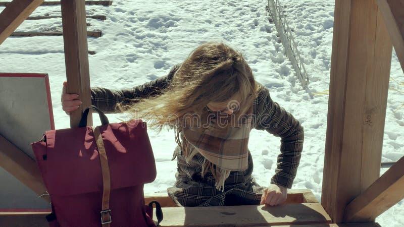 Zekere mooie bedrijfsvrouw die in de houten de reddingstoren van A op het strand tijdens de afwezigheid van sesosis lopen stock fotografie