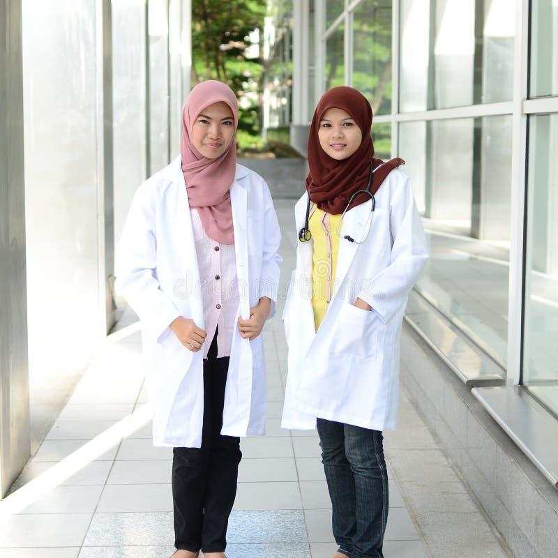 Zekere Moslim medische student stock foto