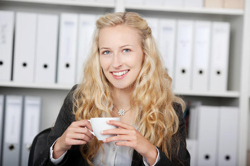 Zekere Onderneemster Holding Coffee Cup royalty-vrije stock fotografie