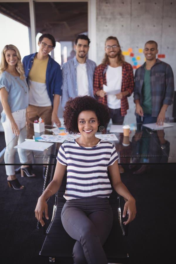 Zekere onderneemster met creatief team in bureau stock fotografie