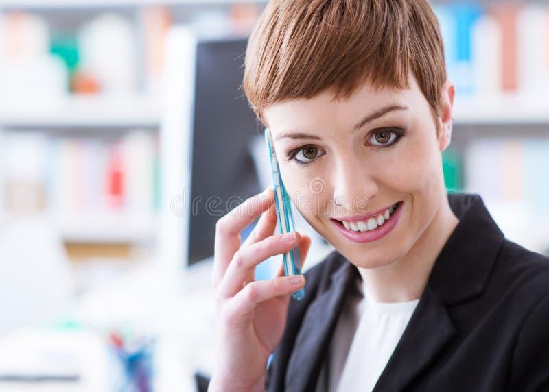 Zekere onderneemster op de telefoon stock afbeelding