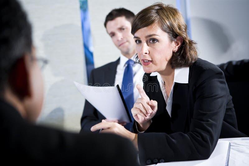 Zekere onderneemster in vergadering met twee mensen stock foto