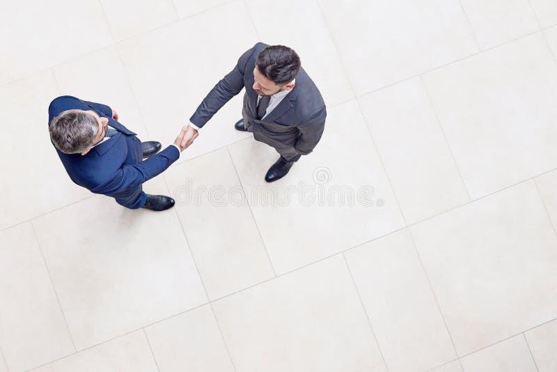 Zekere Ondernemers die Handen schudden royalty-vrije stock afbeelding