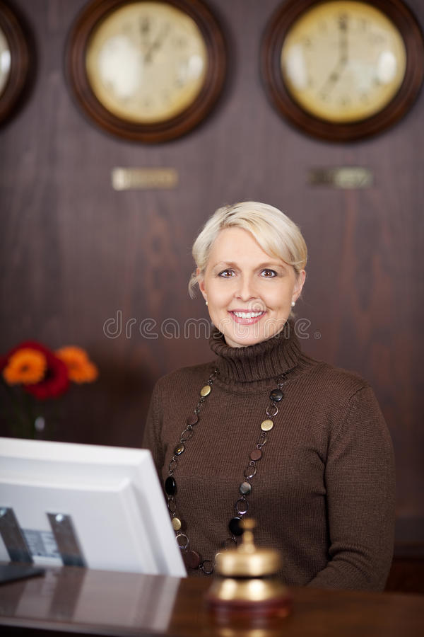 Zekere receptionnist achter de teller stock foto's