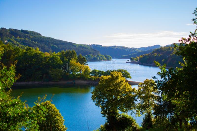 Zekere rivier in Esch-sur-Zekere Lultzhausen, Luxemburg Mooi landschap met groene bergen aan de beide kanten stock afbeelding