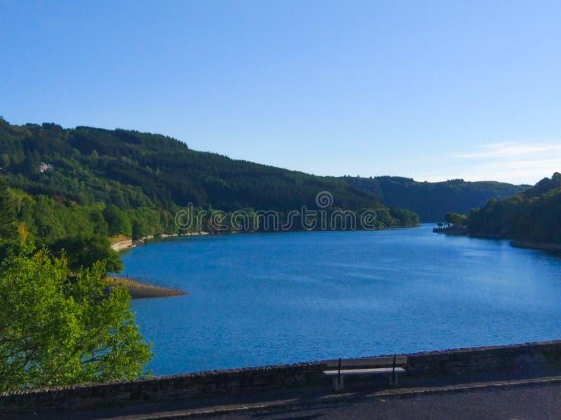 Zekere rivier in Esch-sur-Zekere Lultzhausen, Luxemburg Mooi landschap met groene bergen en een bank in de voorgrond stock afbeeldingen