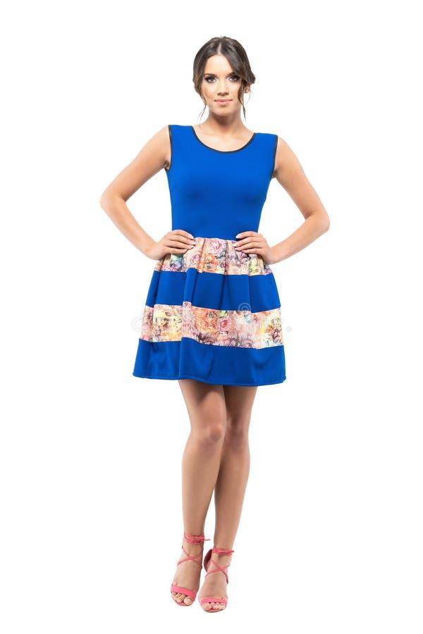Zekere schitterende gelooide schoonheid in blauwe sleeveless de zomer korte kleding stock afbeeldingen