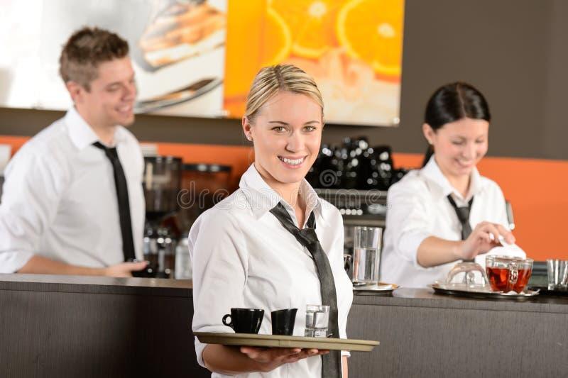 Zekere serveerster dienende koffie met dienblad stock fotografie