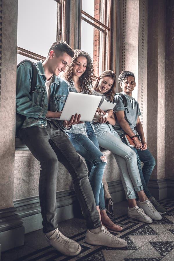 Zekere studenten Groep gelukkige jongeren die samenwerken royalty-vrije stock afbeelding