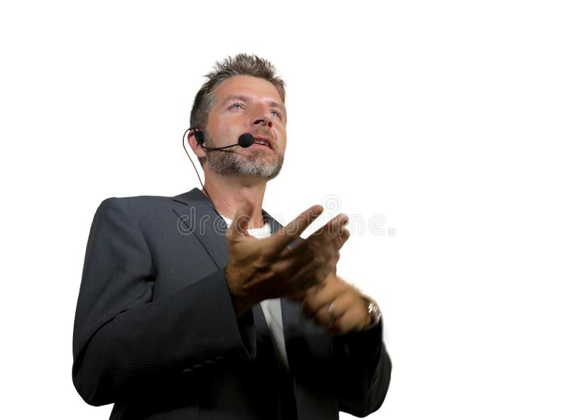 Zekere succesvolle mens die met hoofdtelefoon bij collectieve zaken spreken die en de conferentieruimte van het opleidingsauditor royalty-vrije stock foto