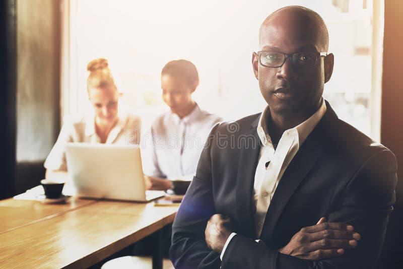 Zekere succesvolle zwarte bedrijfsmens stock afbeeldingen