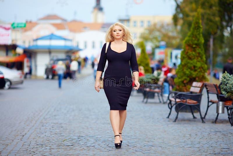 Zekere te zware vrouw die de stadsstraat lopen royalty-vrije stock foto's