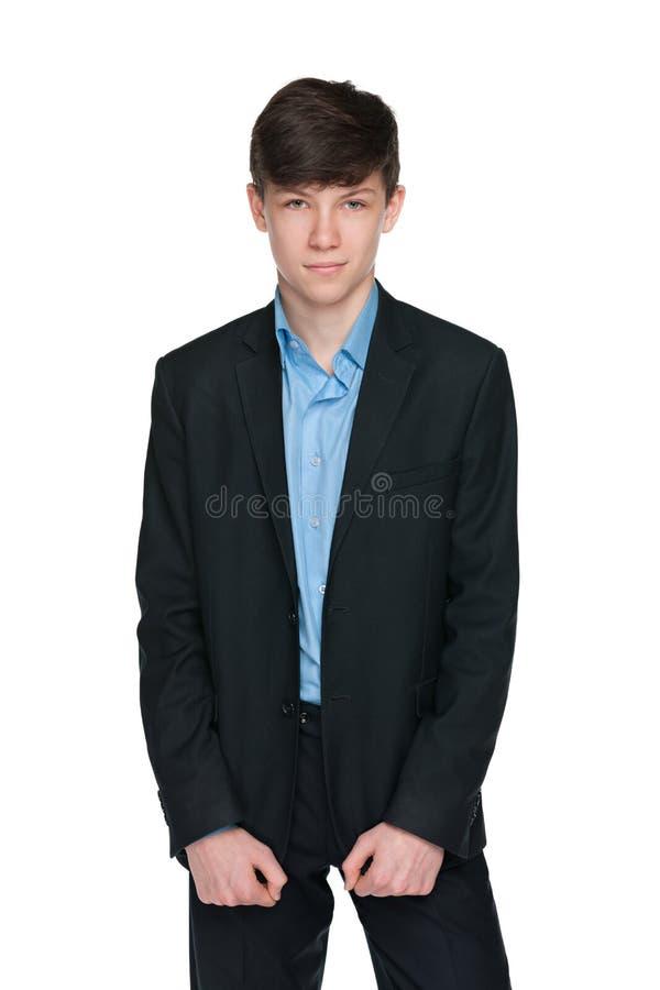 Zekere tienerjongen in een zwart kostuum royalty-vrije stock foto's