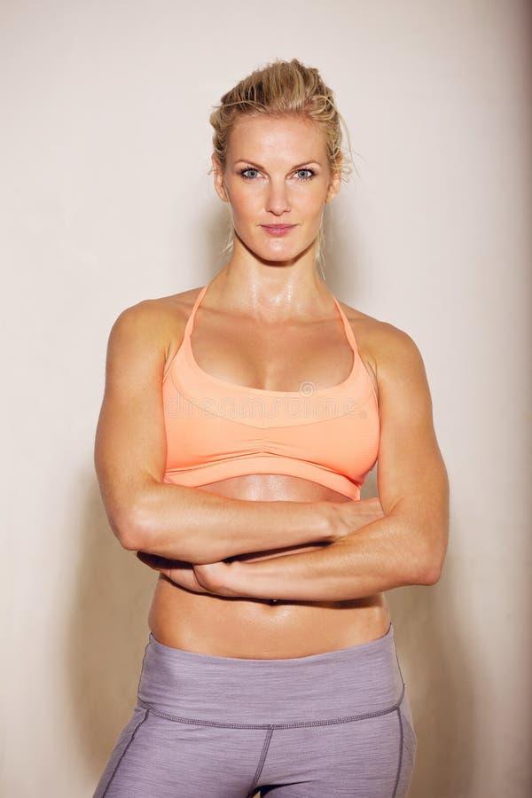Zekere Vrouw in Haar Uitrusting van de Gymnastiek royalty-vrije stock afbeeldingen
