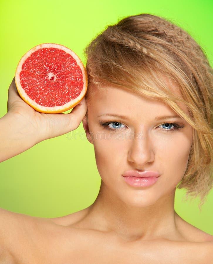 Zekere vrouw met fruit royalty-vrije stock foto
